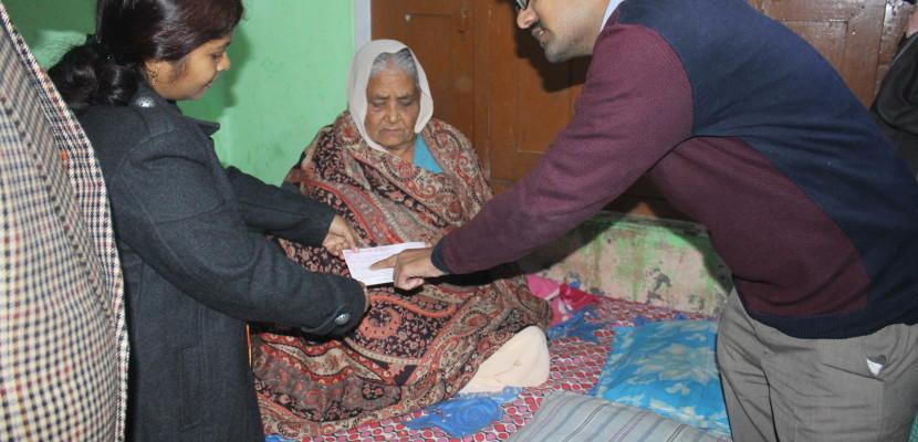 विधायक व डीएम ने मृत पत्रकार की मां को दी दस लाख रुपये की सहायता राशि का चेक