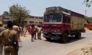 दुर्घटना ! महराजगंज रेलवे क्रासिंग के समीप ट्रक से कुचलकर तीन लोगों की मौत