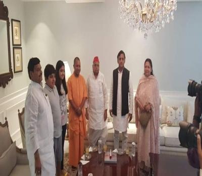 बीमार मुलायम सिंह यादव से मिले मुख्यमंत्री योगी,  की स्वस्थ होने की कामना