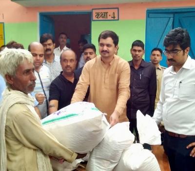 बाढ़ ! एमएलसी विशाल सिंह चंचल ने बाढ़पीड़ितों को बांटी राहत सामग्री तो शम्मे हुसैनी  मेडिकल कॉलेज ने बांटी दवाइयां