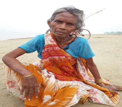 कलह ! वृद्धा ने गंगा में लगायी छलांग, रेल ब्रिज कार्य में लगे कर्मचारियों ने बचाई जान