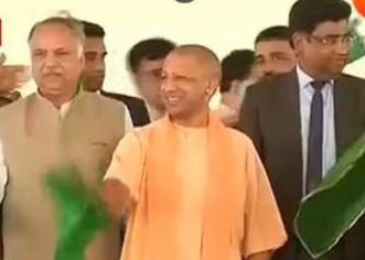 तेजस !योगी ने हरी झंडी दिखाकर दिल्ली के लिए किया रवाना