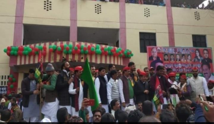 समाजवादी हाफ मैराथन ! हरी झंडी दिखा धर्मेंद्र यादव ने किया रवाना, भाजपा सरकार पर निकाली भड़ास