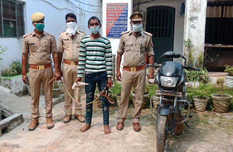 चोरी की बाइक व असलहे के साथ अभियुक्त गिरफ्तार
