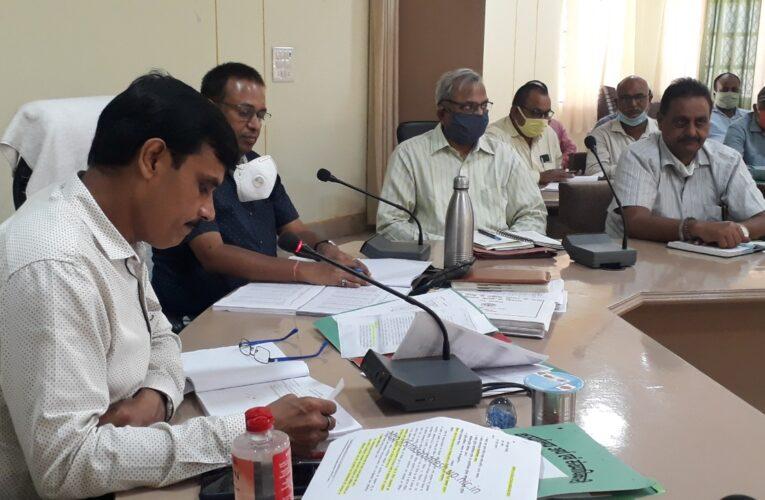समीक्षा बैठक में जिलाधिकारी ने जानी योजनाओं की हकीकत, दिये सख्त निर्देश