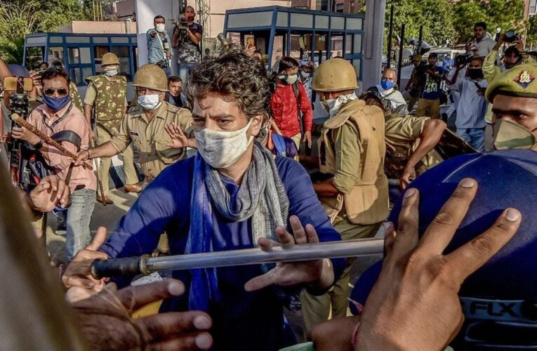 हाथरस ! पीड़िता के परिजनों से मिलकर लौटी प्रियंका गांधी वाद्रा ने उठायी जिलाधिकारी के बर्खास्तगी की मांग