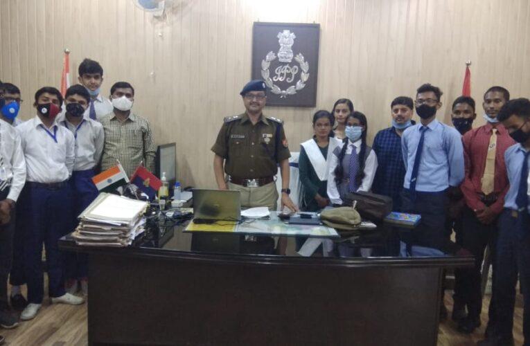 पुलिस कप्तान ने छात्र छात्राओं से किया संवाद