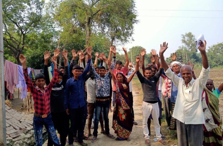सरकारी योजनाओं के लाभ से वंचित दलितों ने किया प्रदर्शन