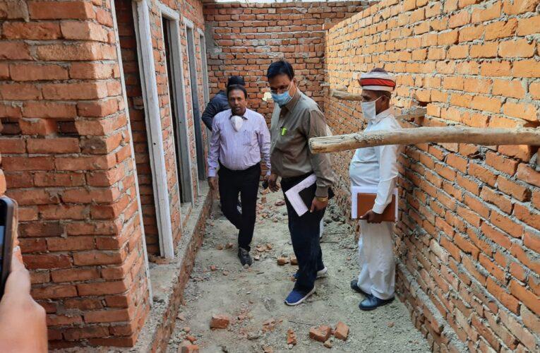 निर्मित हो रहे पंचायत भवन व सामुदायिक शौचालय का सीडीओ ने किया स्थलीय निरीक्षण,कसे सम्बन्धित अधिकारियों के पेंच