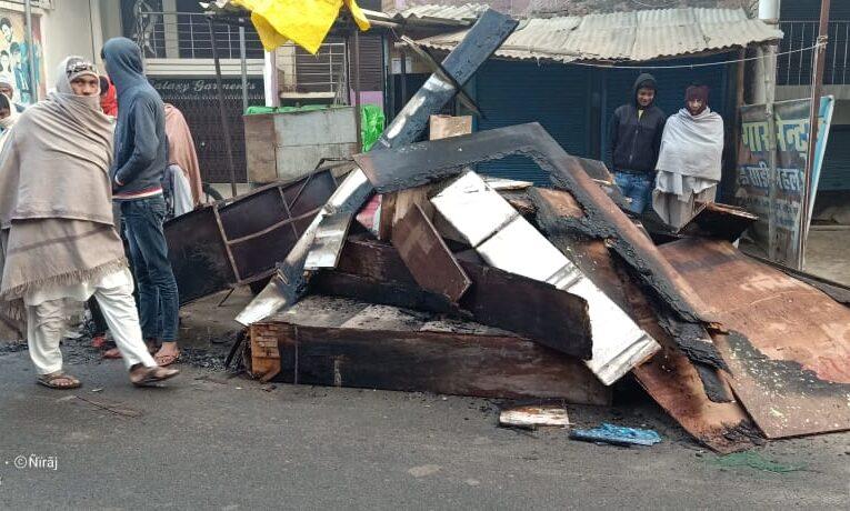 आग से लाखों रुपए के कपड़े जलकर हुए खाक
